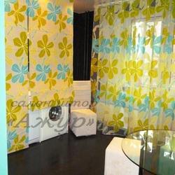 Яркие шторы на кухню в современном стиле