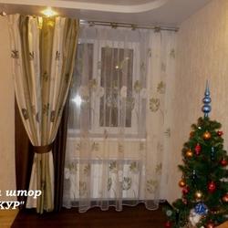 Зеленые шторы в гостиную из тканей-компаньнов