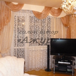 Светлые шторы в гостиную с жестким ламбрекеном