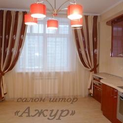 Контрастные шторы к темно-оранжевой мебели