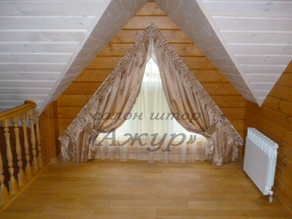 Шторы на скошенное окно в деревянном доме