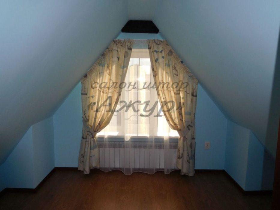 Шторы на узкое скошенное окно в детской на мансардном этаже