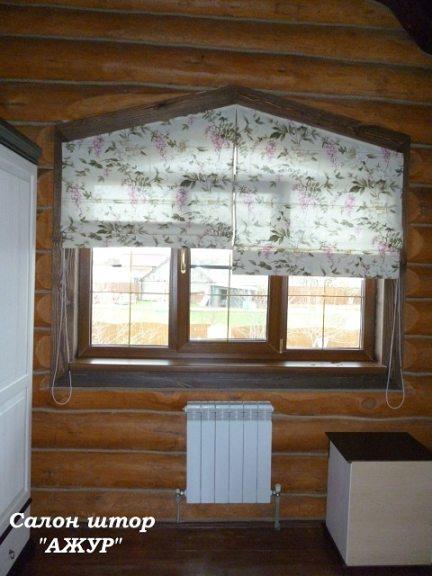 Цветочные римские шторы в деревянный дом