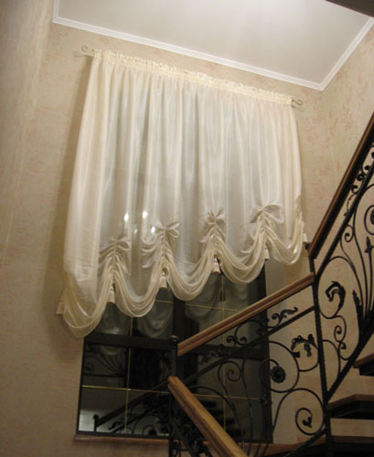 Австрийская штора на лестницу