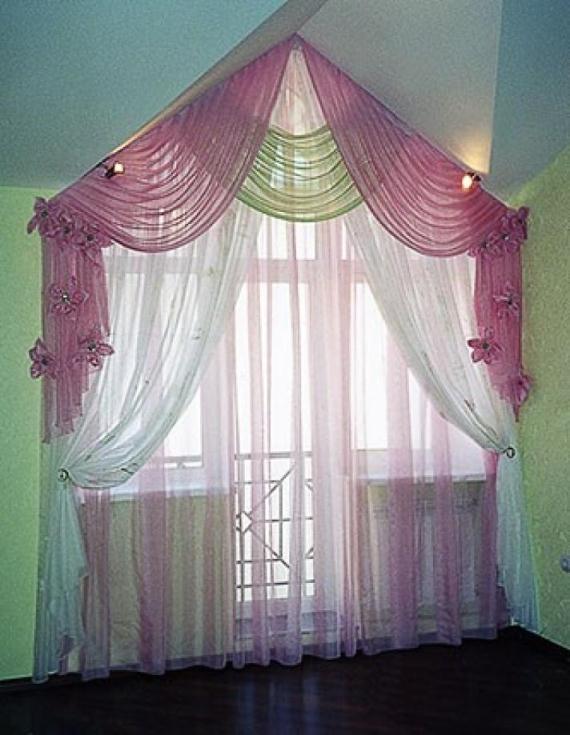 Шторы с легким ламбрекеном на треугольное окно